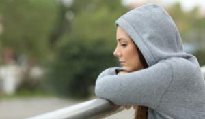 Pige i hoodie